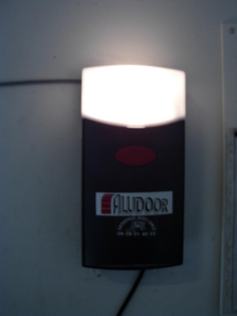 Boitier de commande avec bouton poussoir et eclairage intégrés